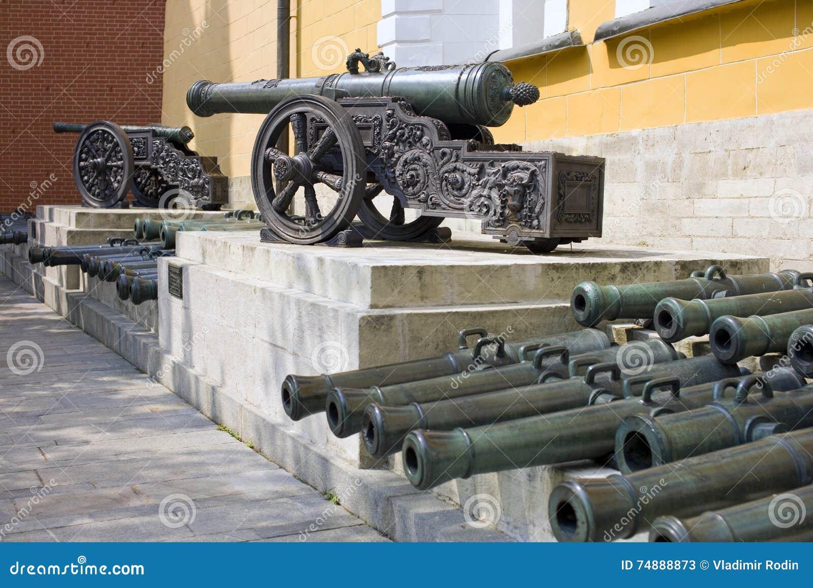 Canhão de bronze velho do Kremlin de Moscou