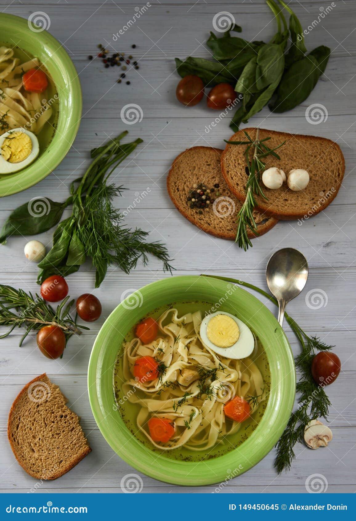 Canja de galinha r?stica com macarronetes e vegetais