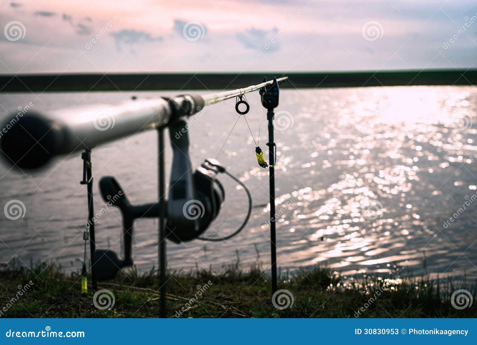 Canna da pesca con il fuoco sul cavo
