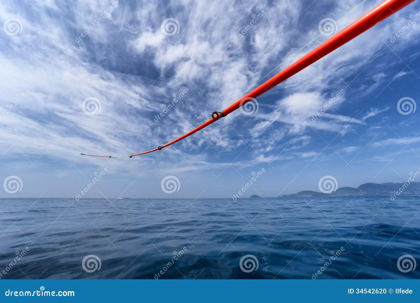 Canna da pesca contro il mare ed il cielo
