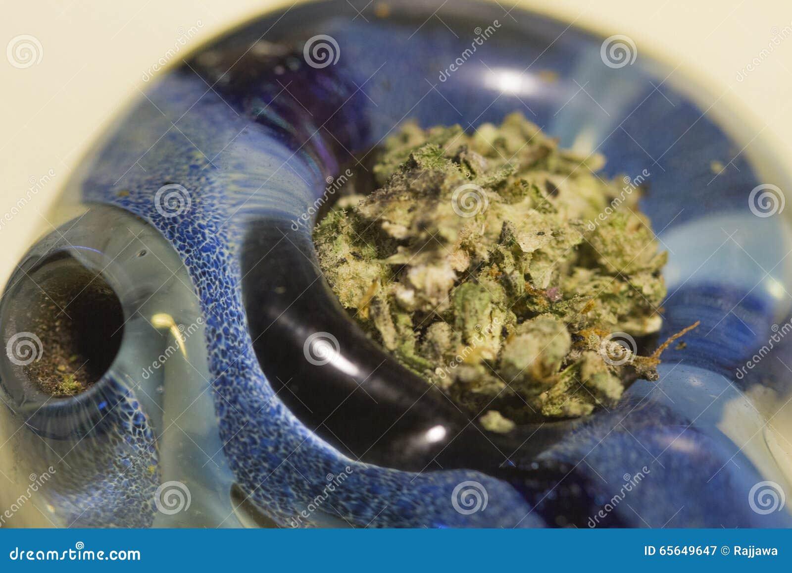 Cannabis dans le tuyau en verre - fin