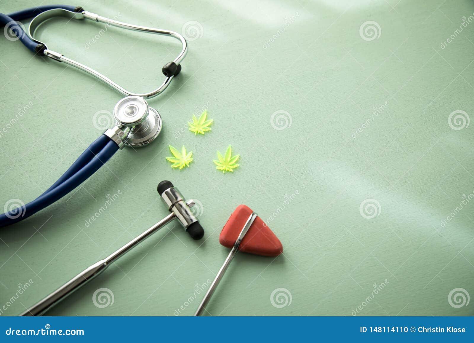 Cannabismarijuanahampa CBD som sm?rtar m?rdare eller medicinsk terapi p? neurologdoktorskontoret med den reflexhammaren och steto