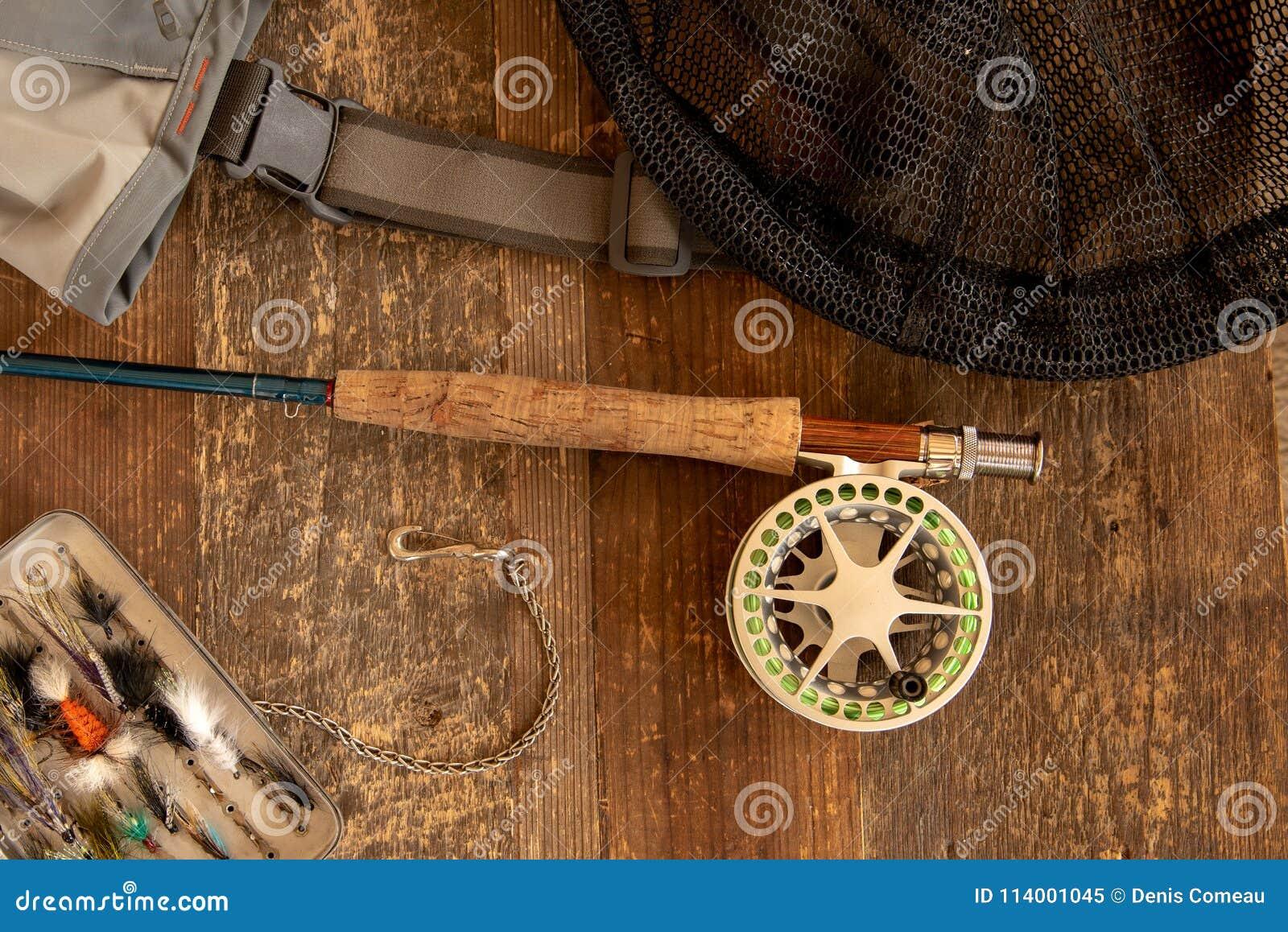 Canne à pêche et bobine de mouche avec des accessoires