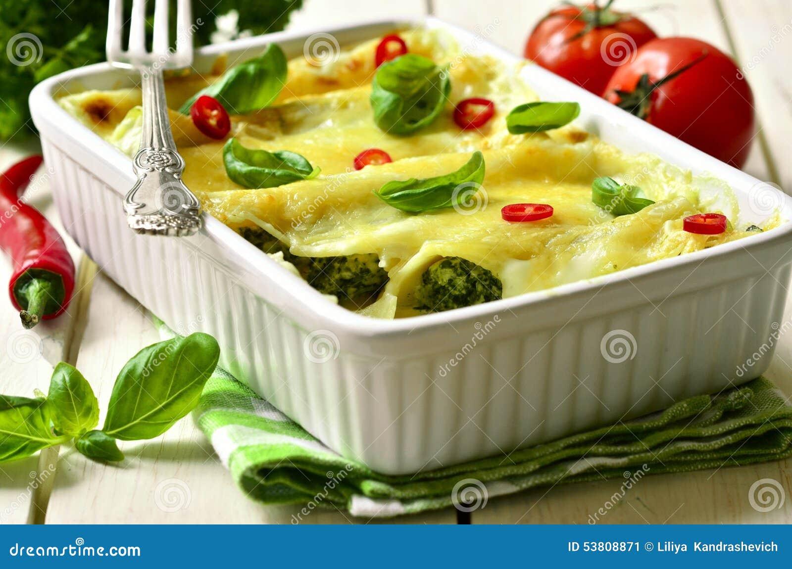 Cannelloni - pasta al forno farcita con spinaci, il pollo ed il formaggio