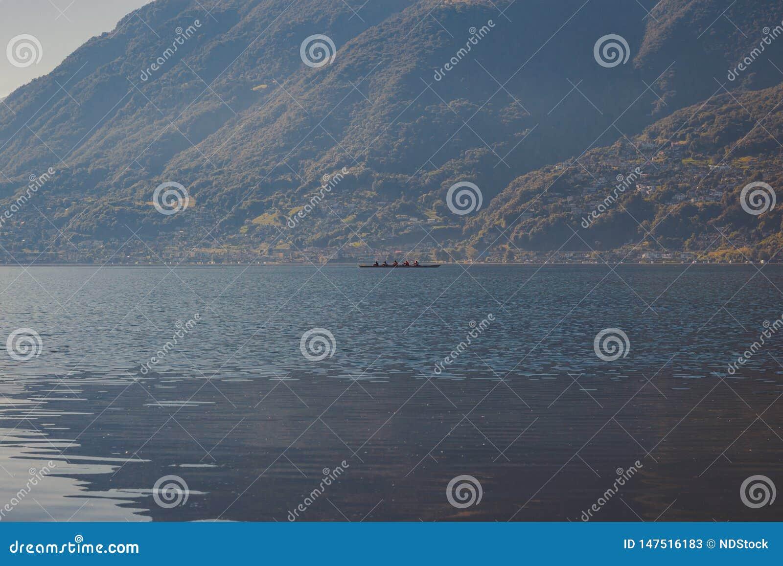 Canoë de quatre hommes dans le lac