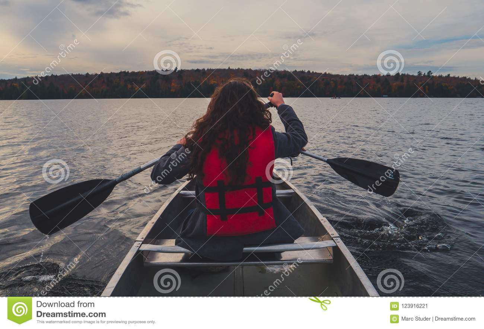 Canoë-kayak de deux filles avec le canoë argenté sur le lac en parc national d algonquin de Canada un jour nuageux ensoleillé