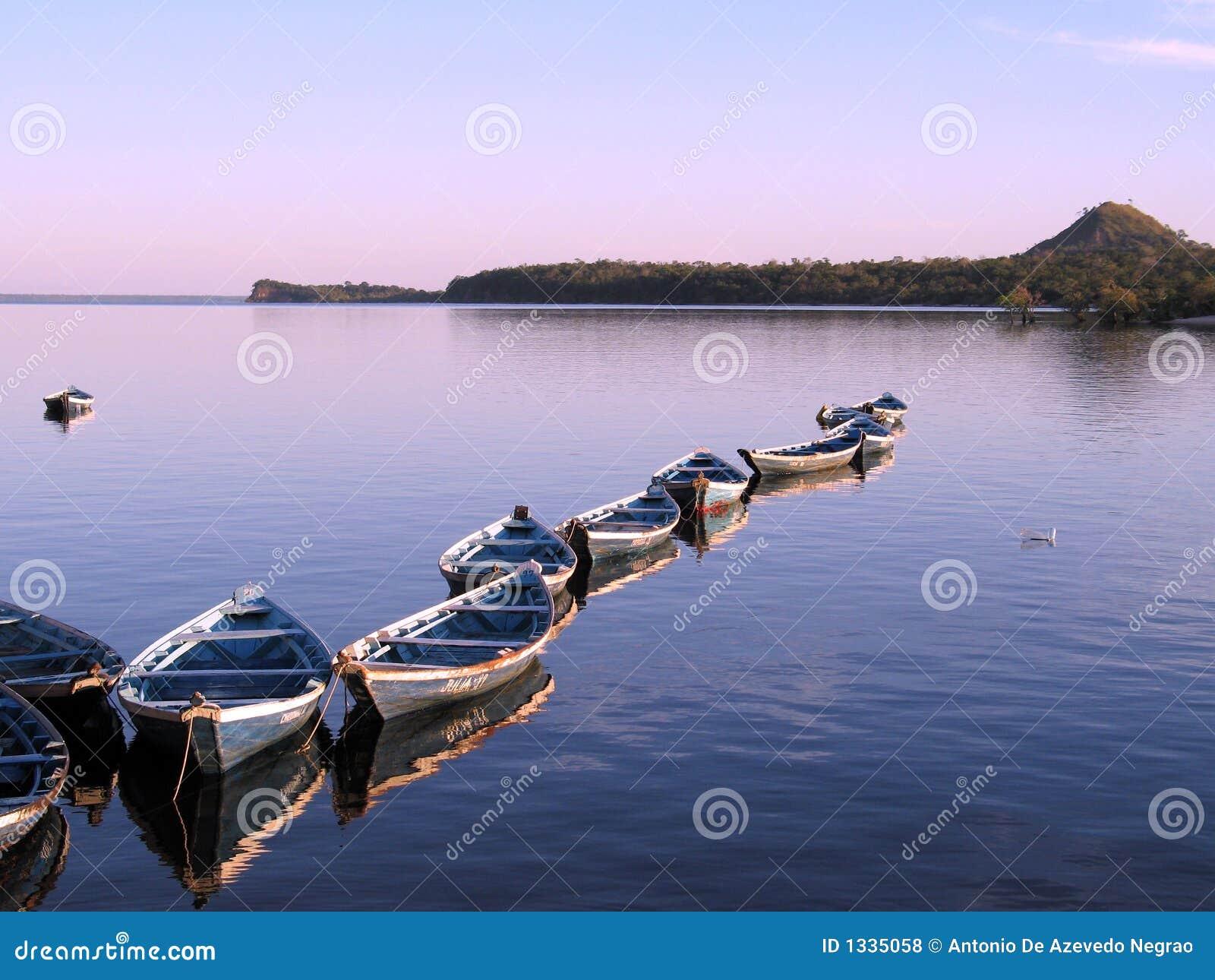 Canoës dans le coucher du soleil