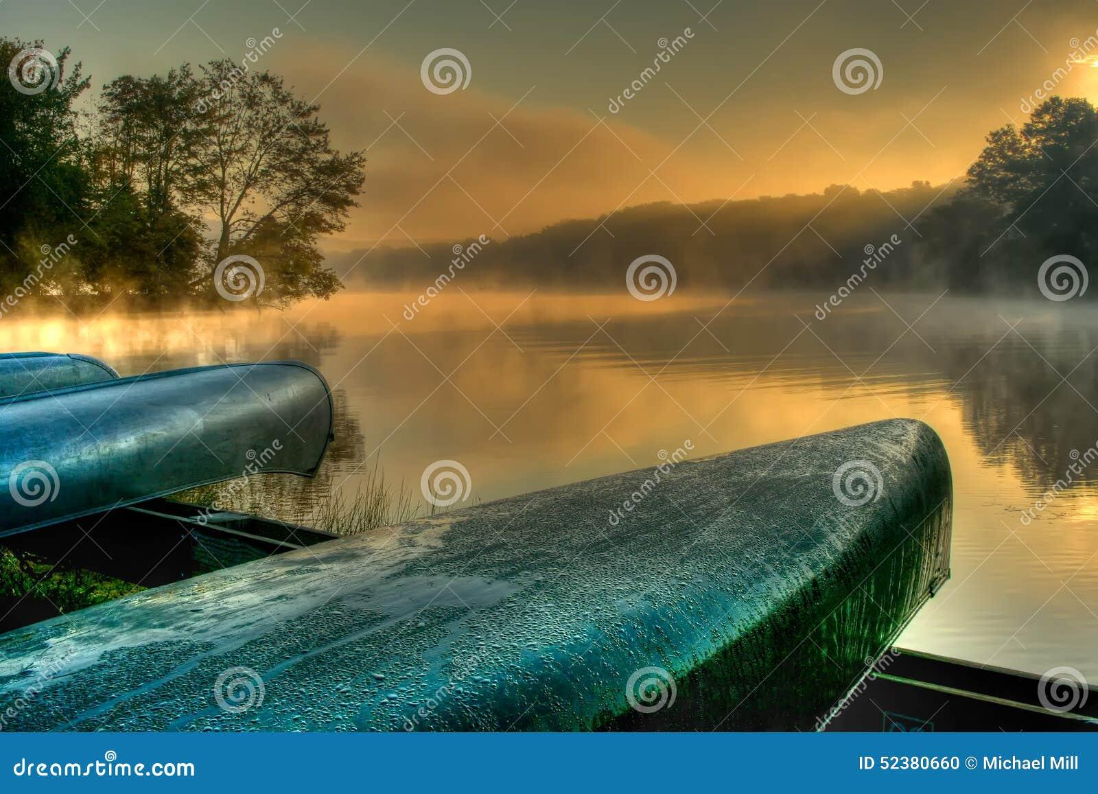 Canoës de Lakeside dans HDR