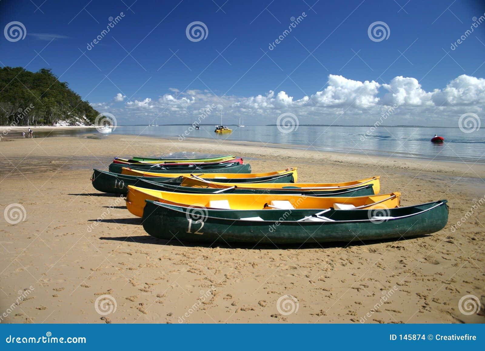 Canoës sur la plage