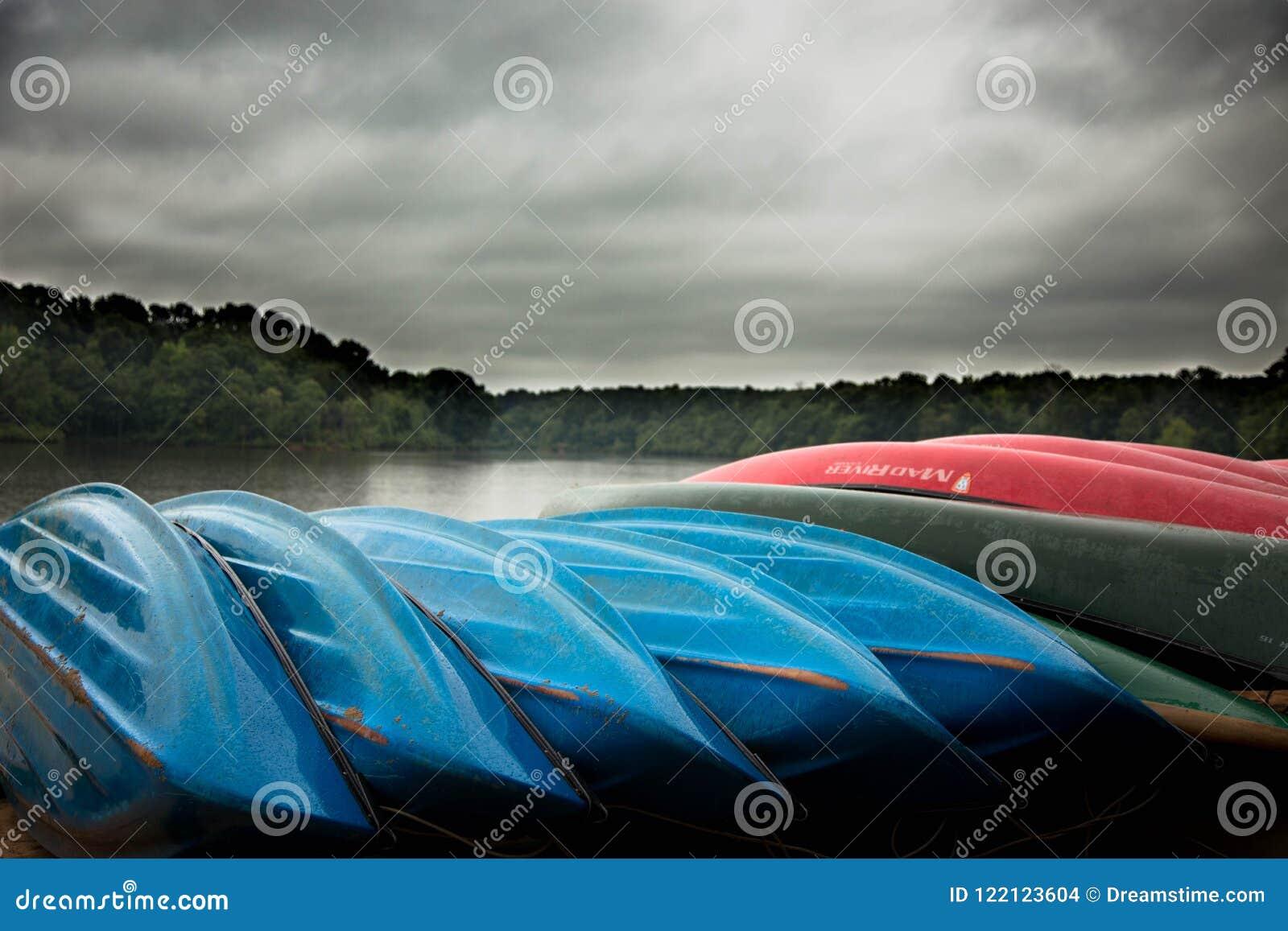 Canoës sur la plage au lac orageux