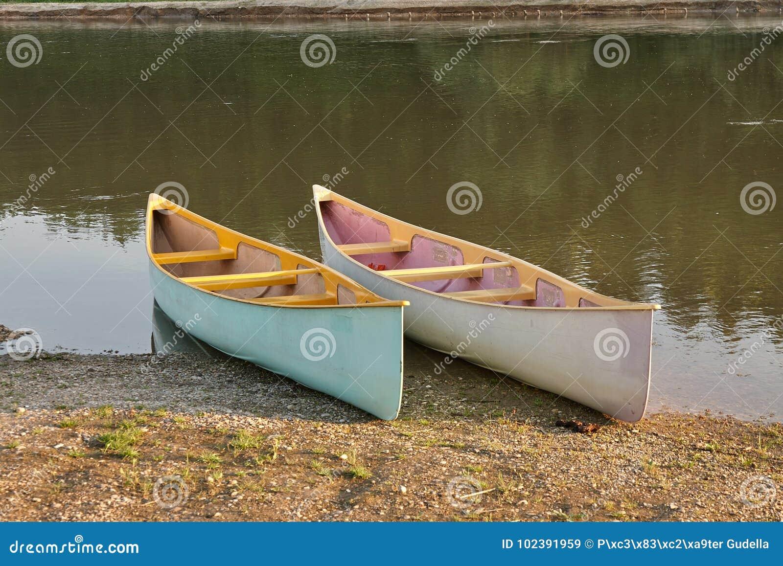 Canoës sur la rive