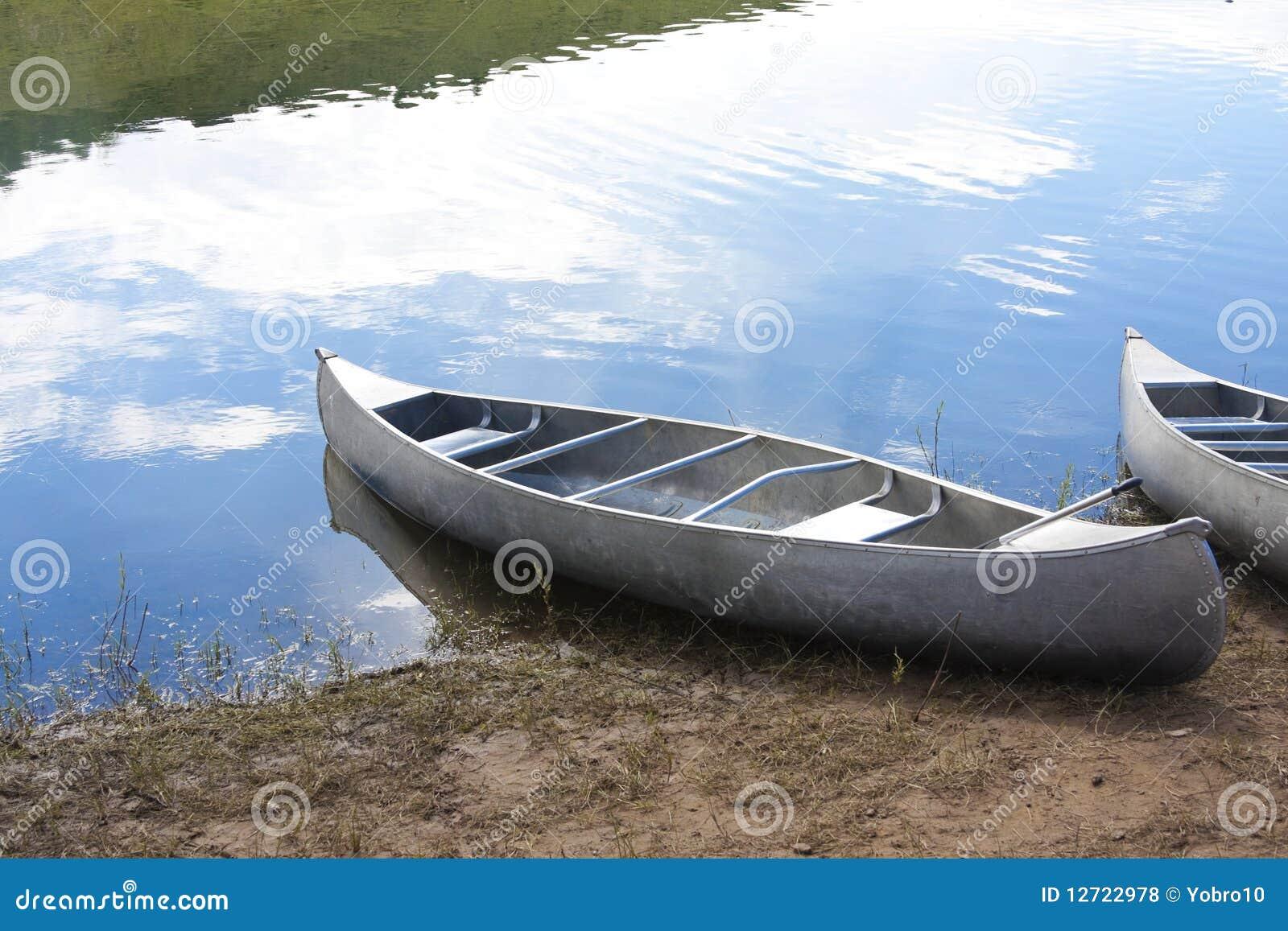 Canoës sur le lac
