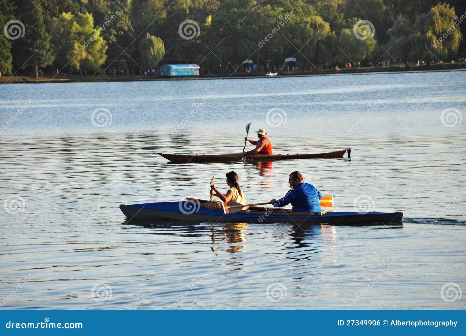 Canoës sur un lac