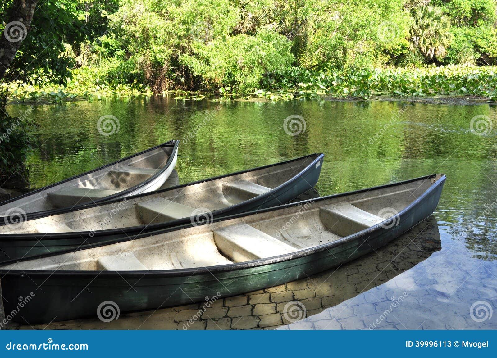 Canoës sur une rivière