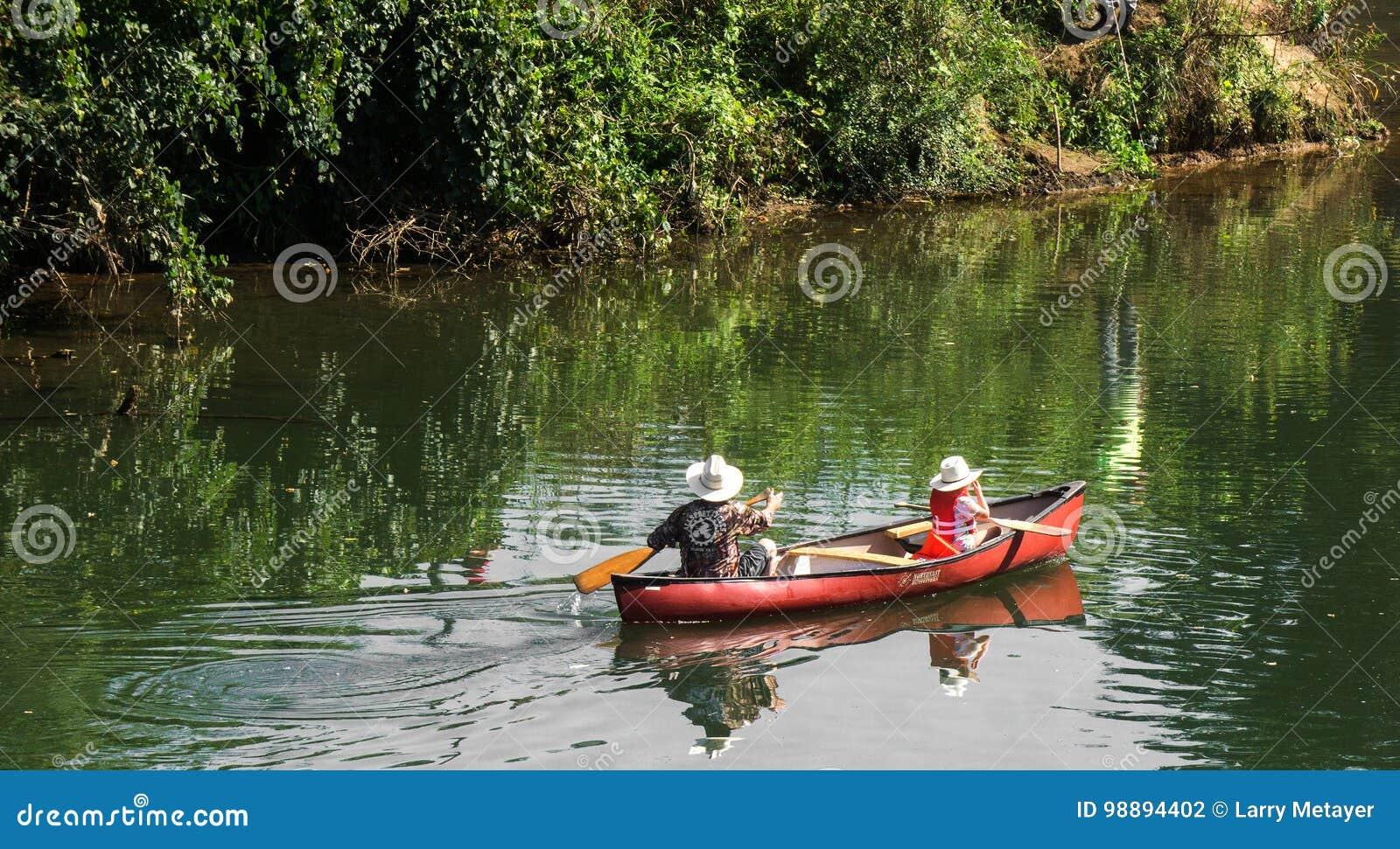 Canoa della figlia e del padre sul fiume