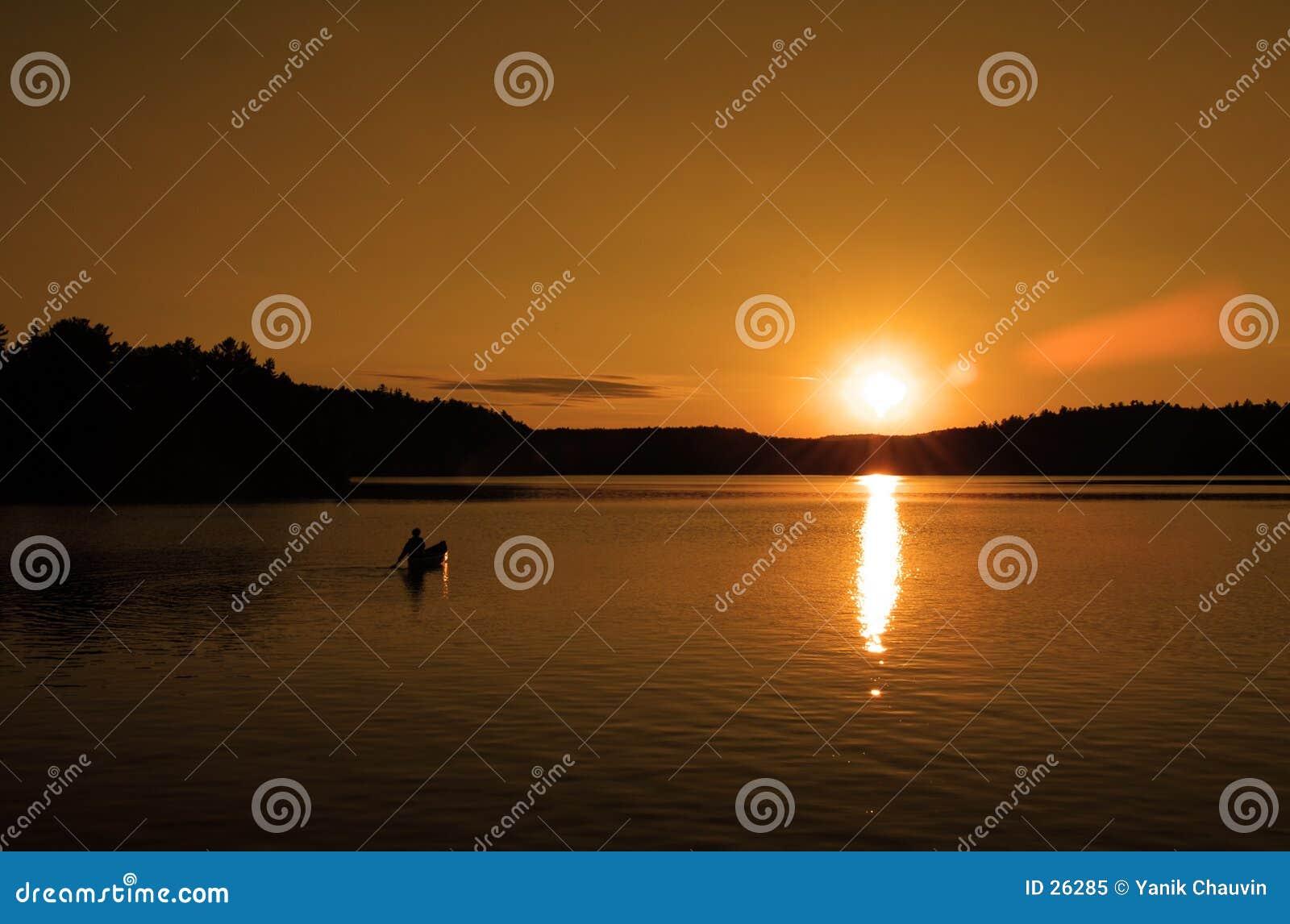 Canoa en la puesta del sol