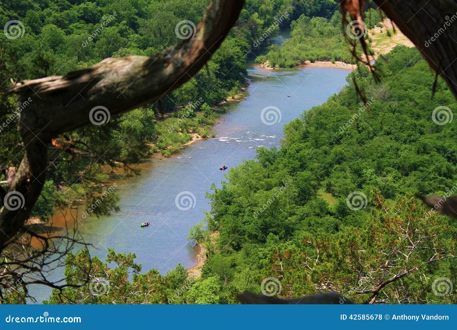 Canoas no rio do nacional do búfalo