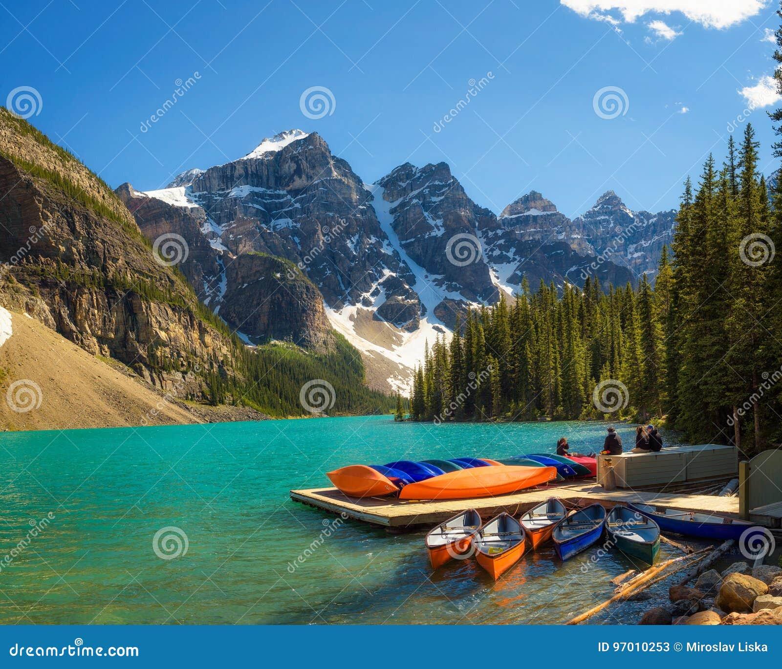 Canoe su un molo nel lago moraine nel parco nazionale di Banff, Canad