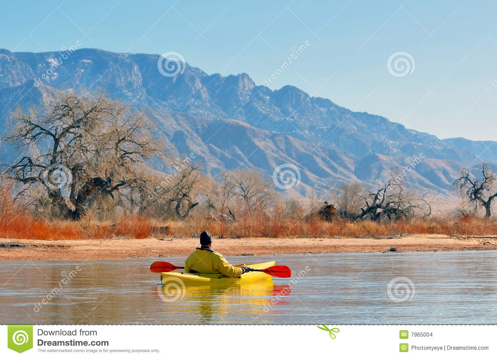Canoeist en el lago escénico