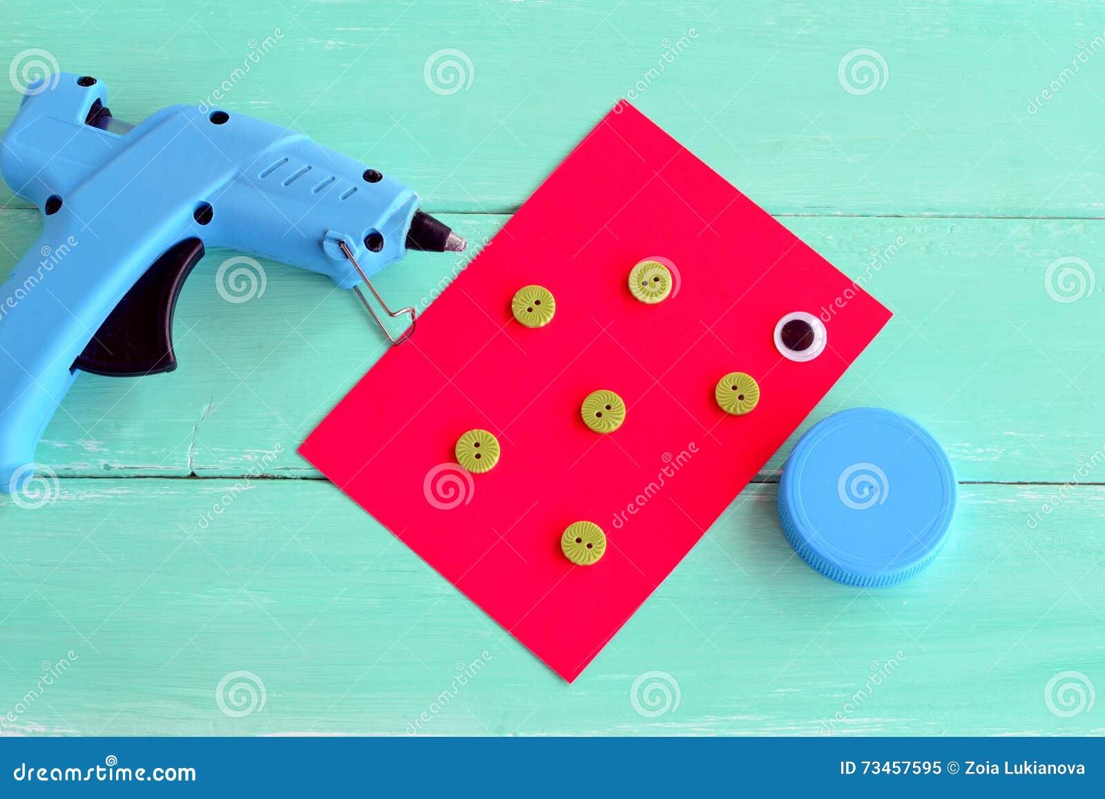 Canon de colle chaud Un chapeau d une bouteille en plastique, boutons, feuille de carton, un oeil en plastique - placez pour fair
