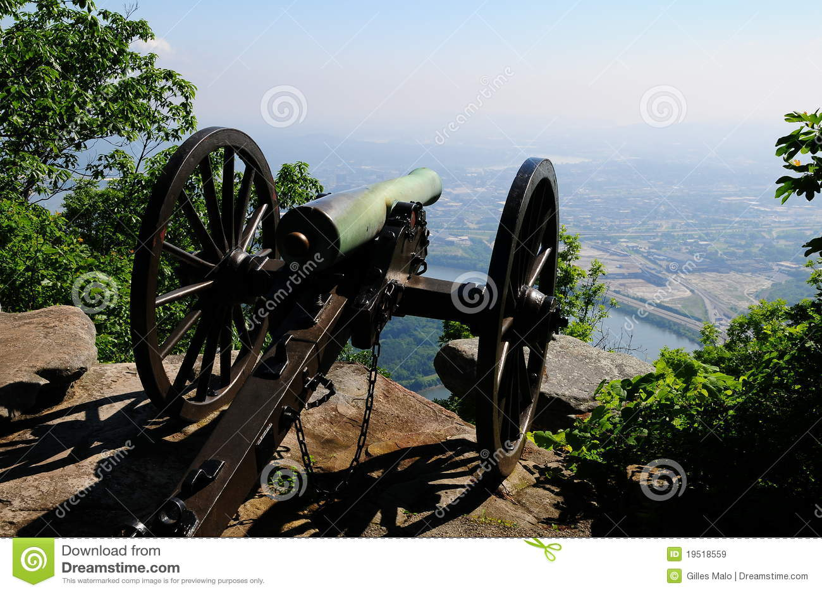 Canon de guerre civile sur le sommet de montagne donnant sur la