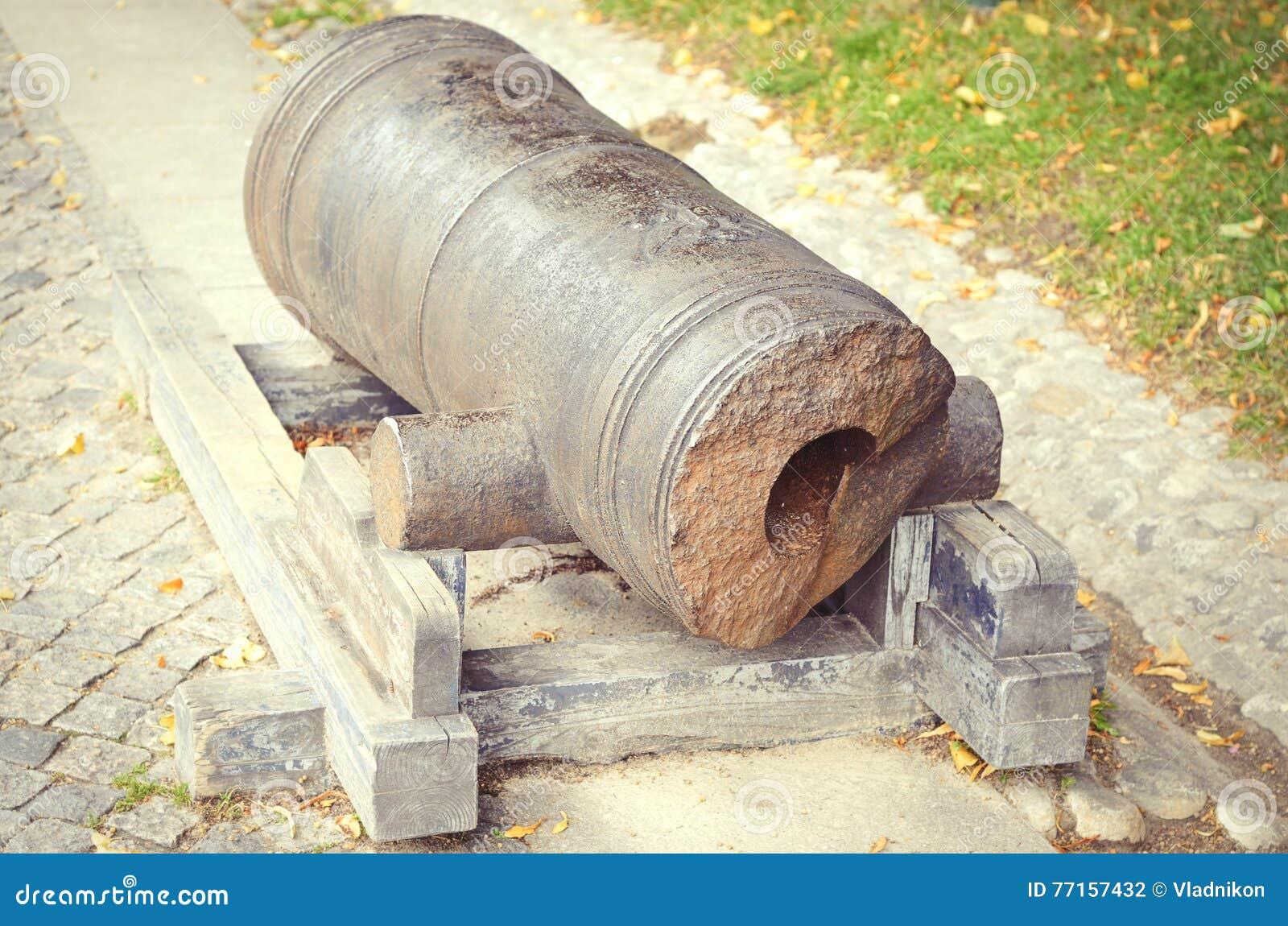 Canon en bronze antique cassé rayé