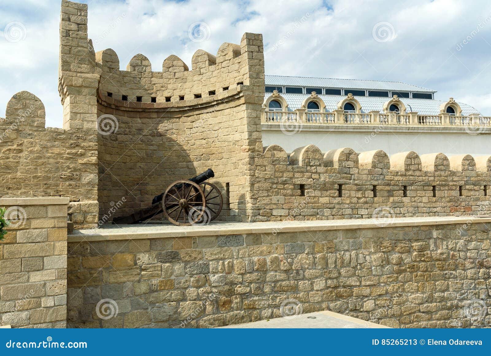 Canon médiéval antique à la tour de la forteresse dans la vieille ville, Bakou