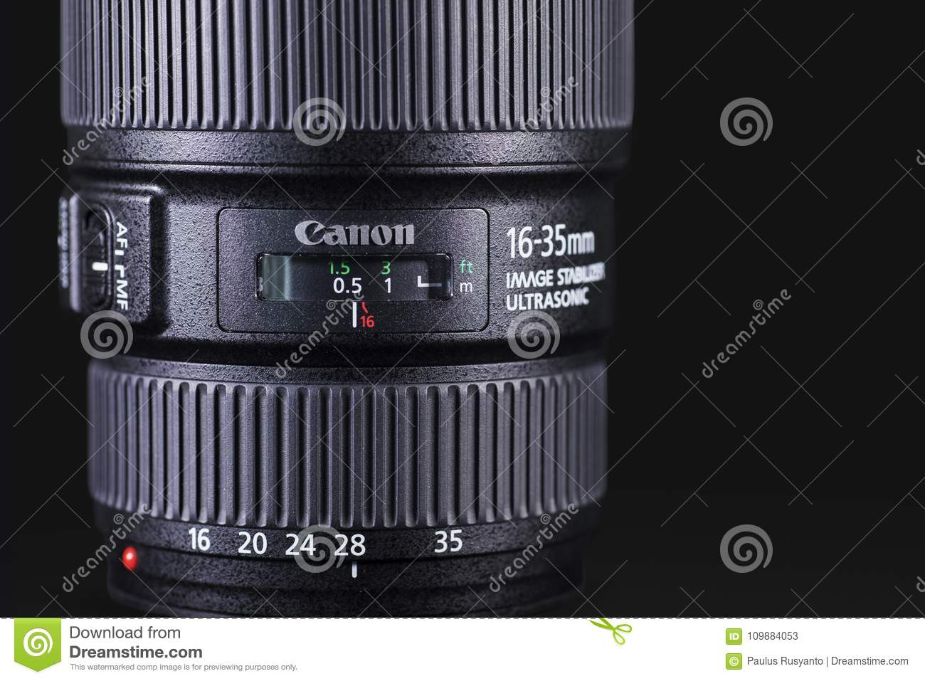 Canon 1635mm lens over donkere achtergrond