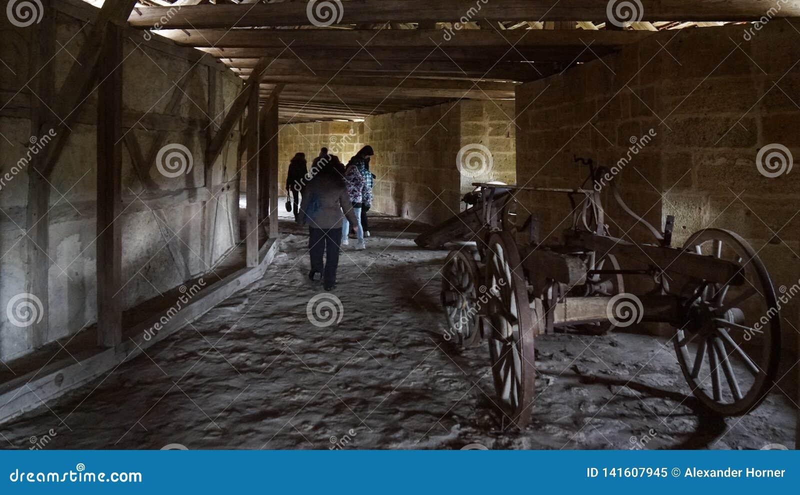 Canons à l intérieur de tour de montre de ville franconienne médiévale