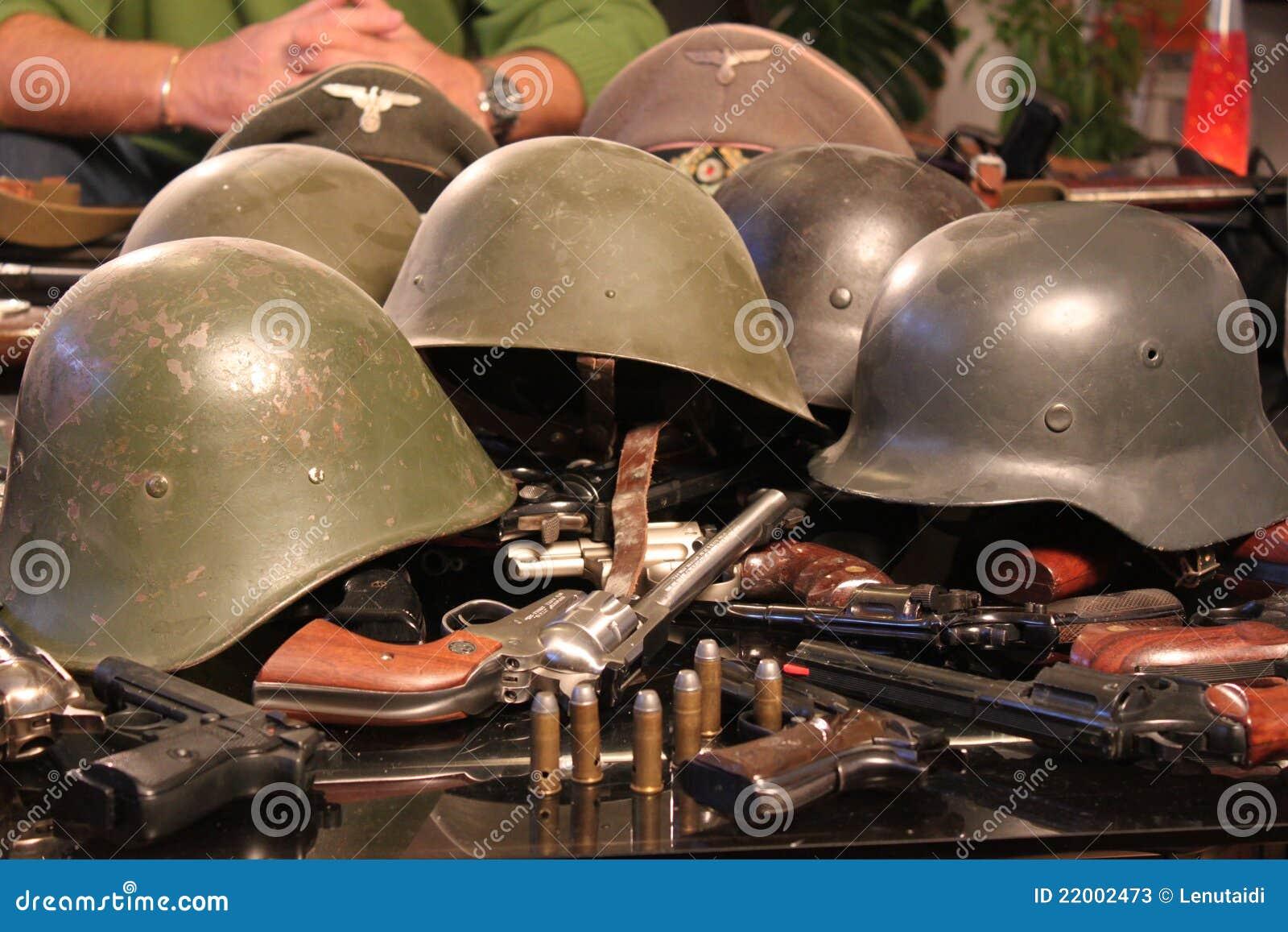 Canons et casques de guerre