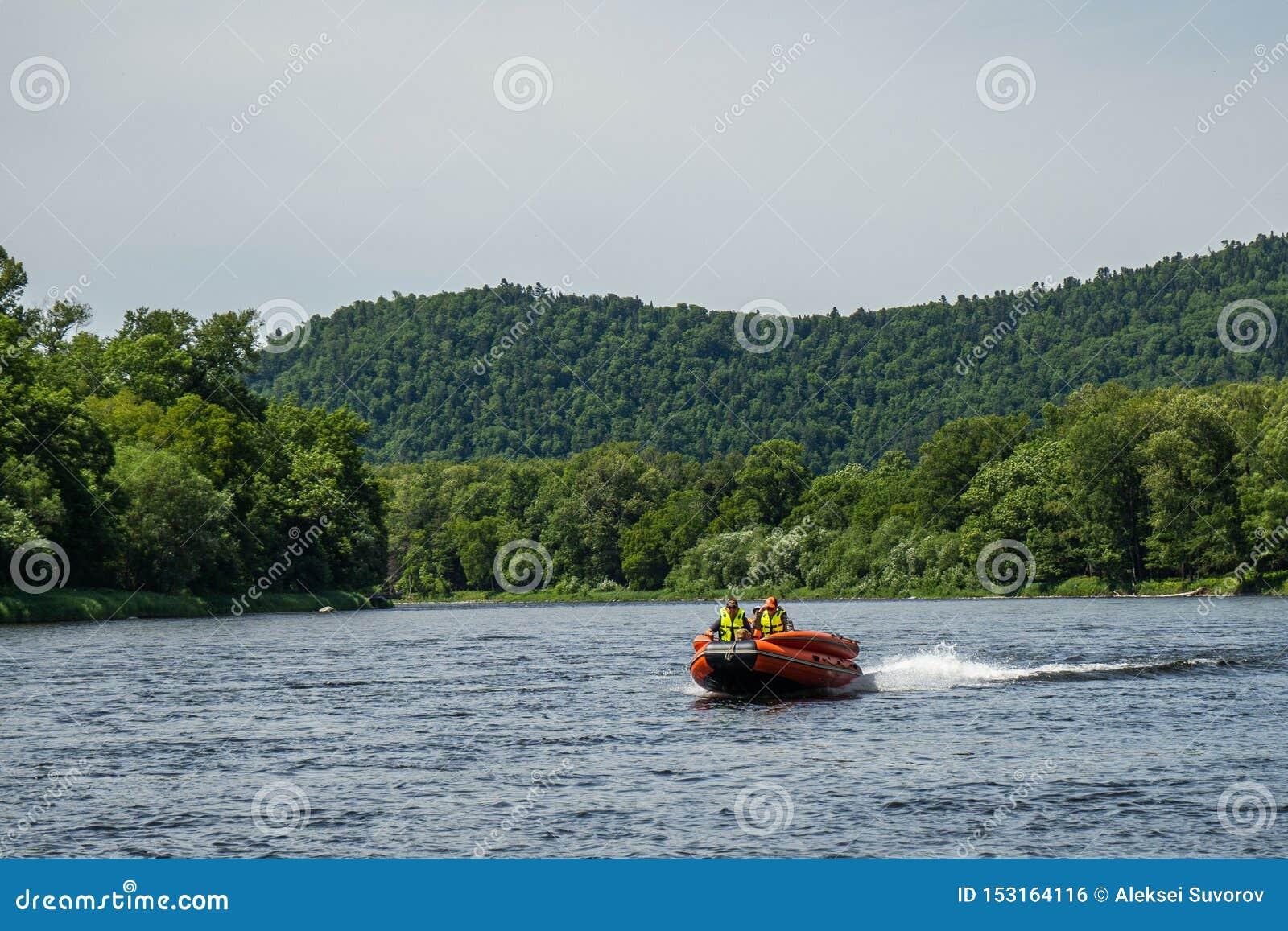 Canot automobile gonflable bateau de pêche sur une rivière de montagne Rivière d Anyui Territoire de Khabarovsk, Extr?me Orient,