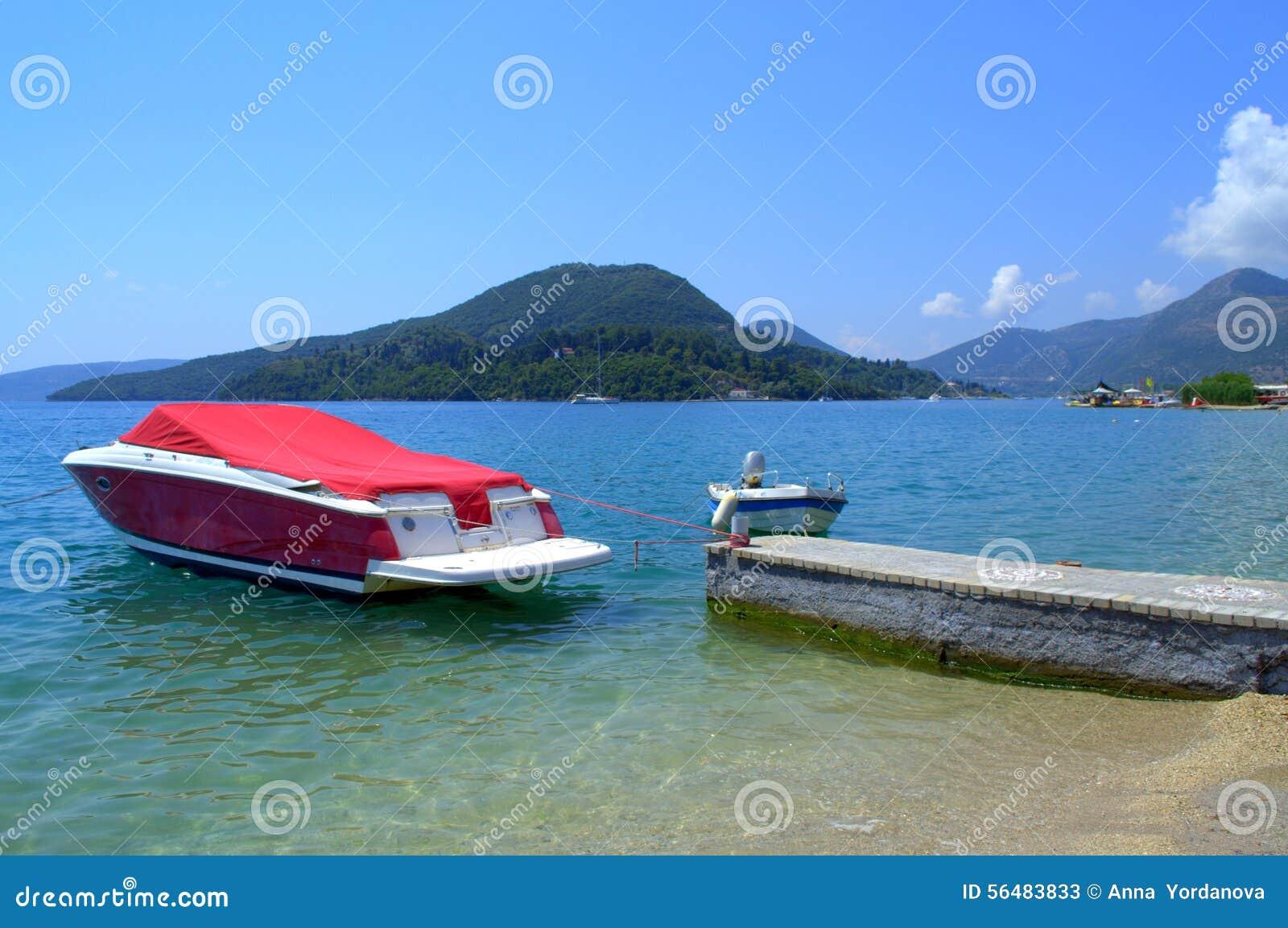 Canot automobile rouge en mer bleue