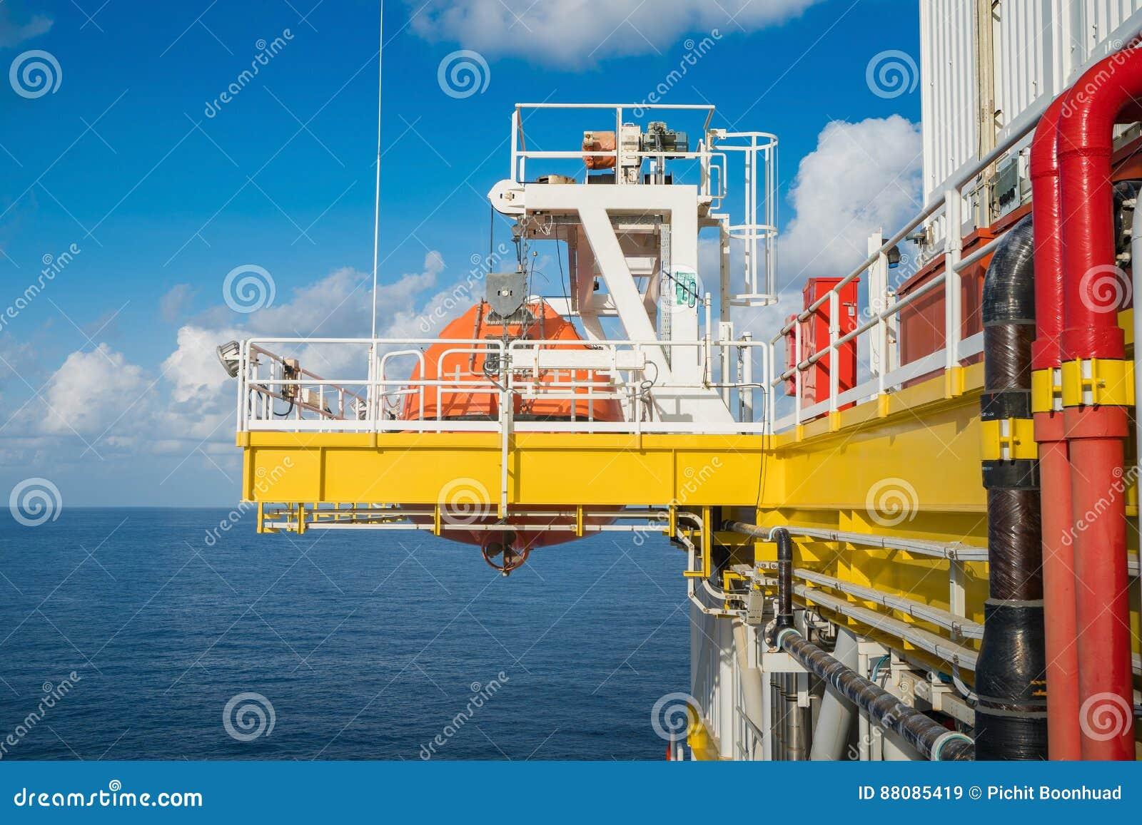 Canot de sauvetage à la station de rassemblement sur la plate-forme de pétrole marin et de gaz