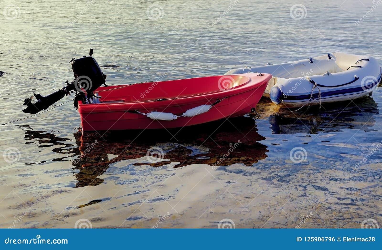 Canots de navigation amarrés D isolement