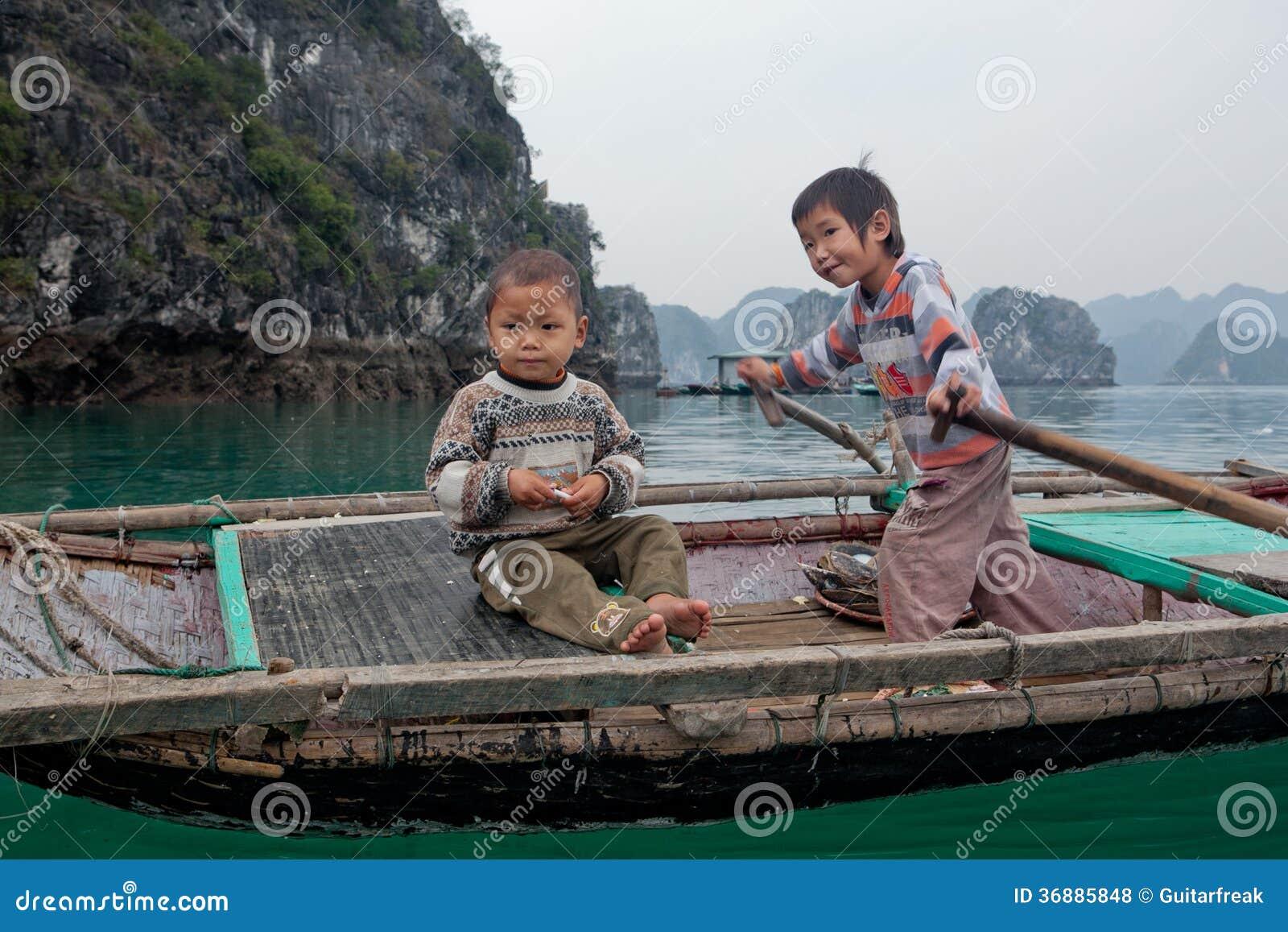 Download Canottaggio Dei Bambini In Halong Fotografia Stock Editoriale - Immagine di bambino, barca: 36885848