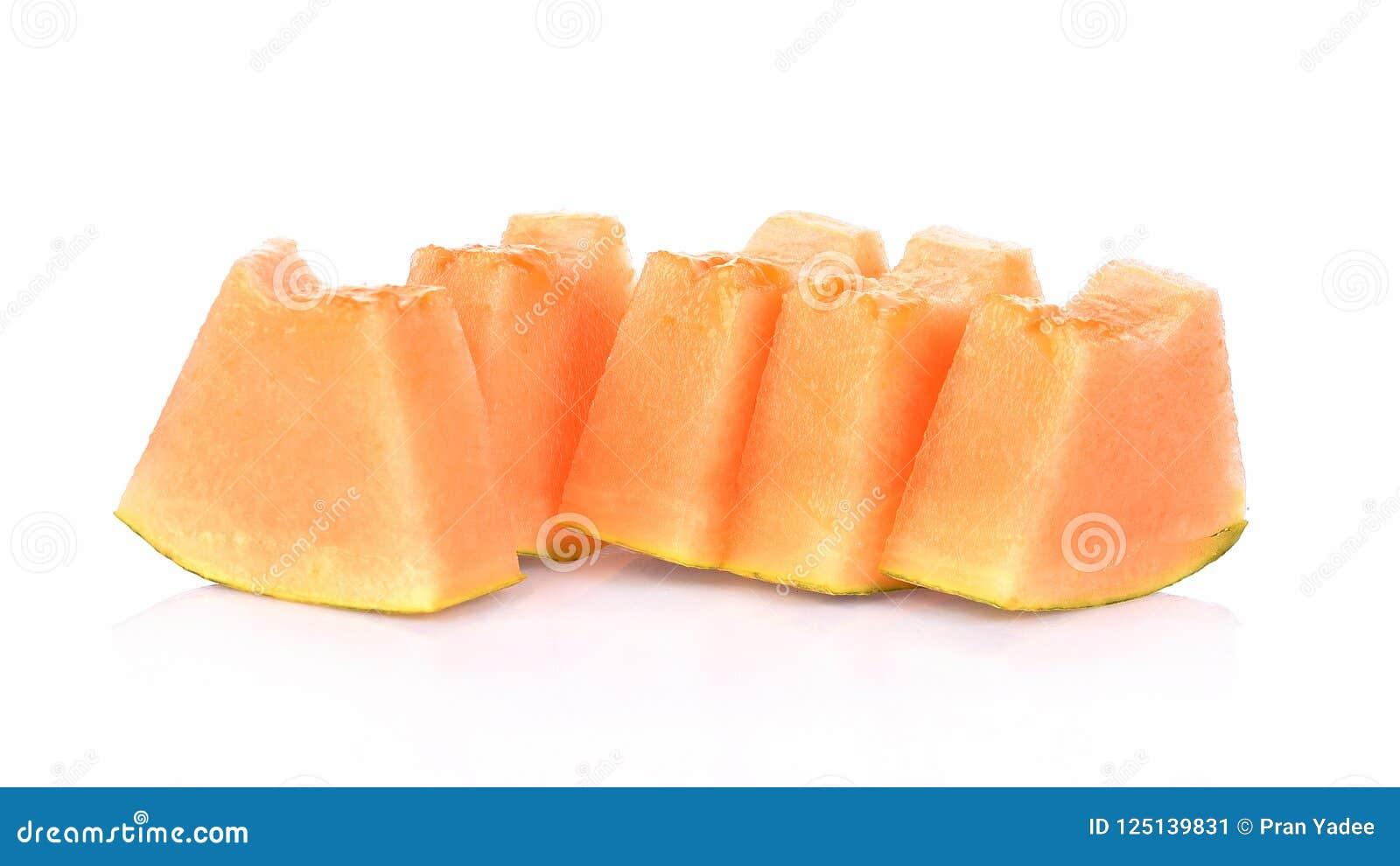 Cantaloupmelonmelonskivor på vit bakgrund