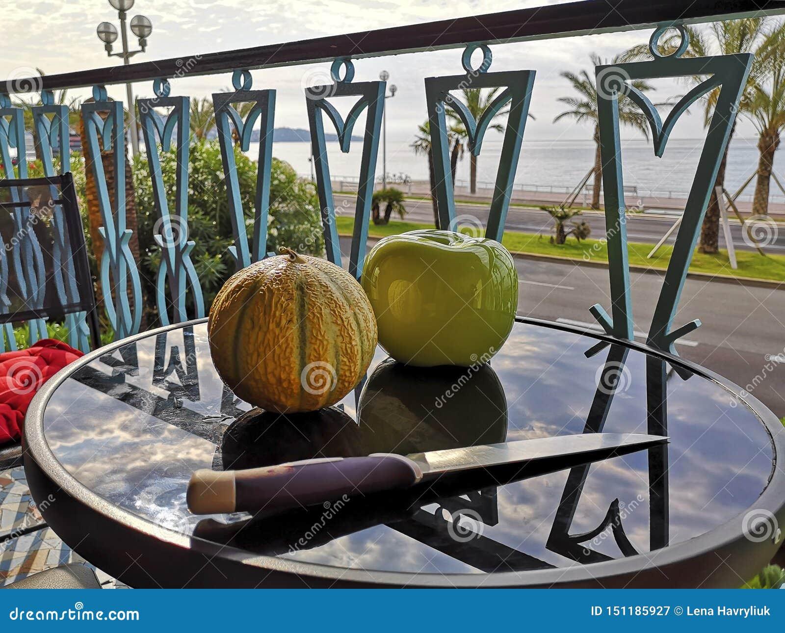 Cantalupo fresco natural y manzana artificial del mismo tamaño