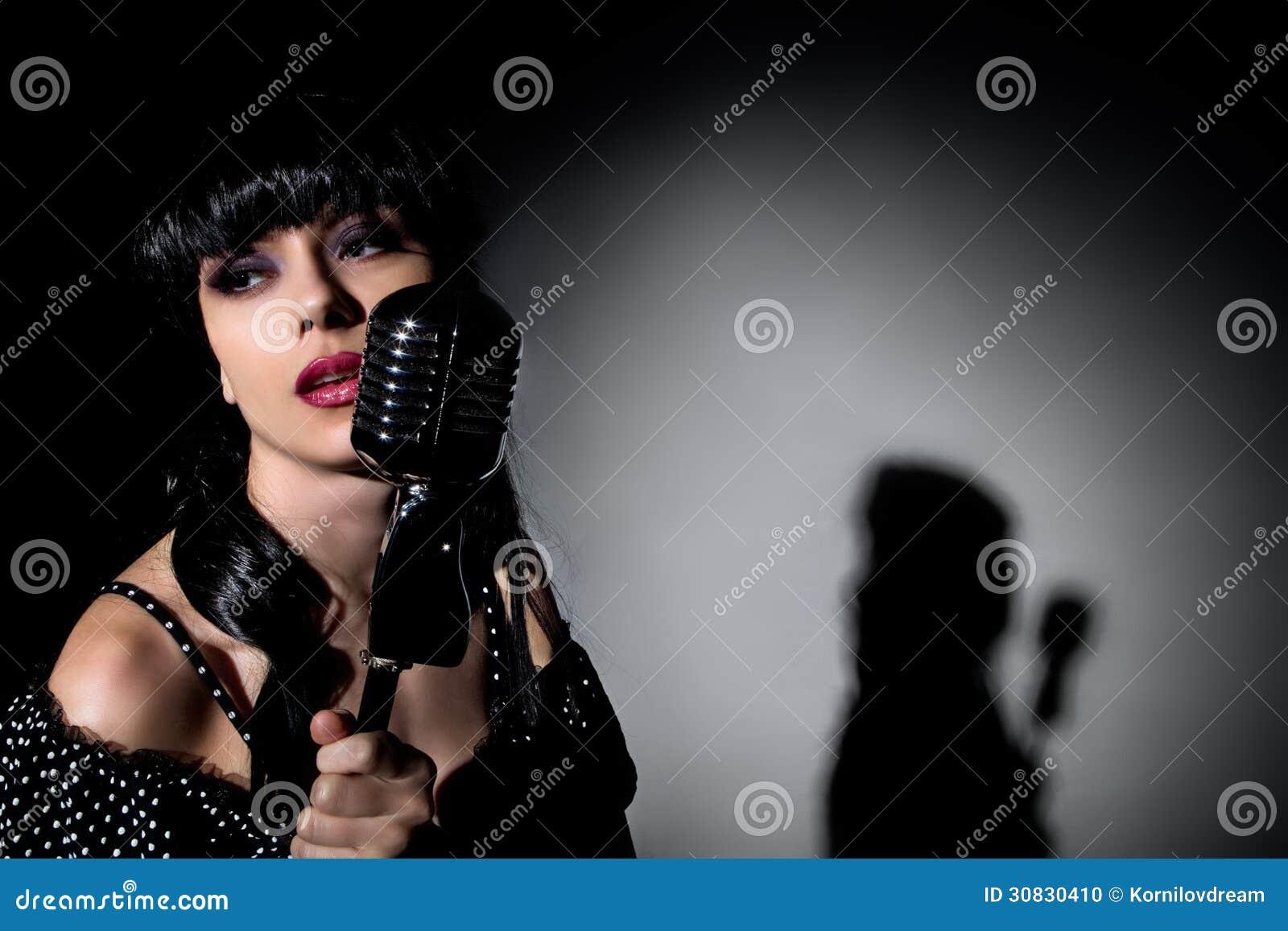Cantante con il microfono