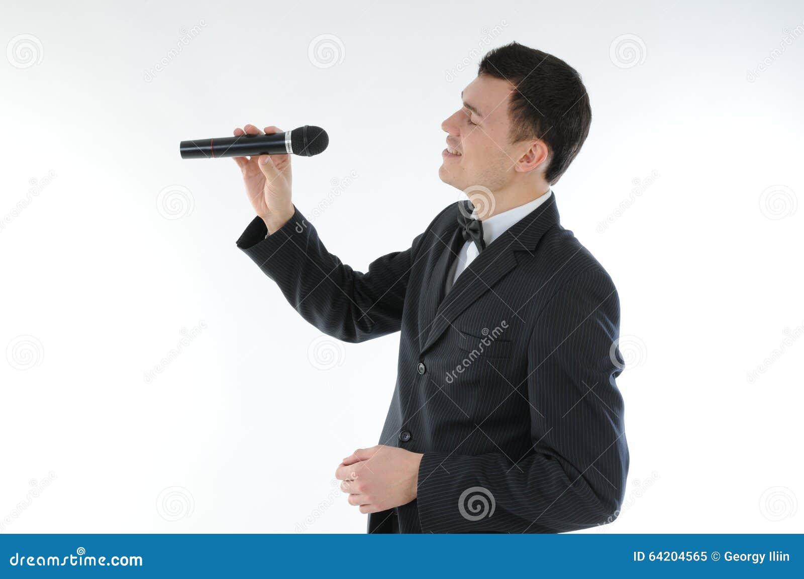 Cantante con un micrófono