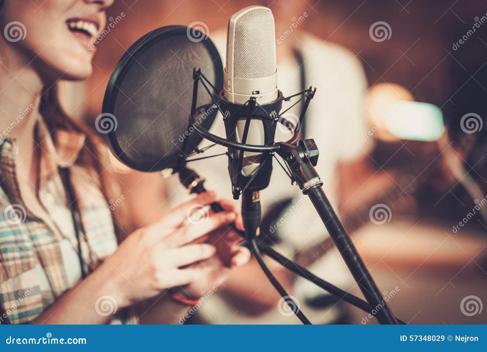Cantante de la mujer en un estudio