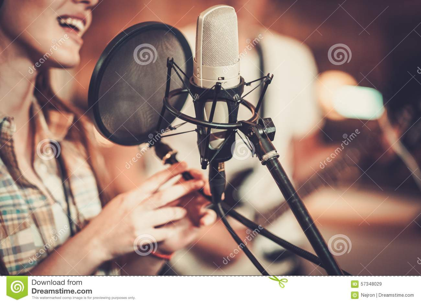 Cantante della donna in uno studio