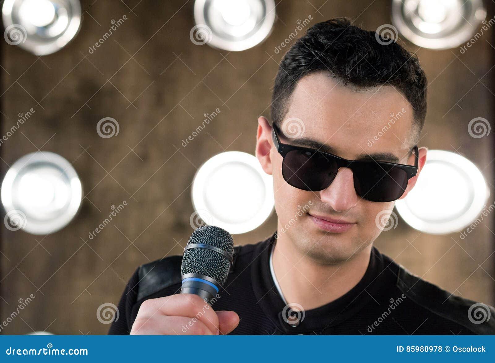 Microfono In Occhiali Sole Da Con Che Esegue Maschio Cantante Nel Il v0n8OmNw