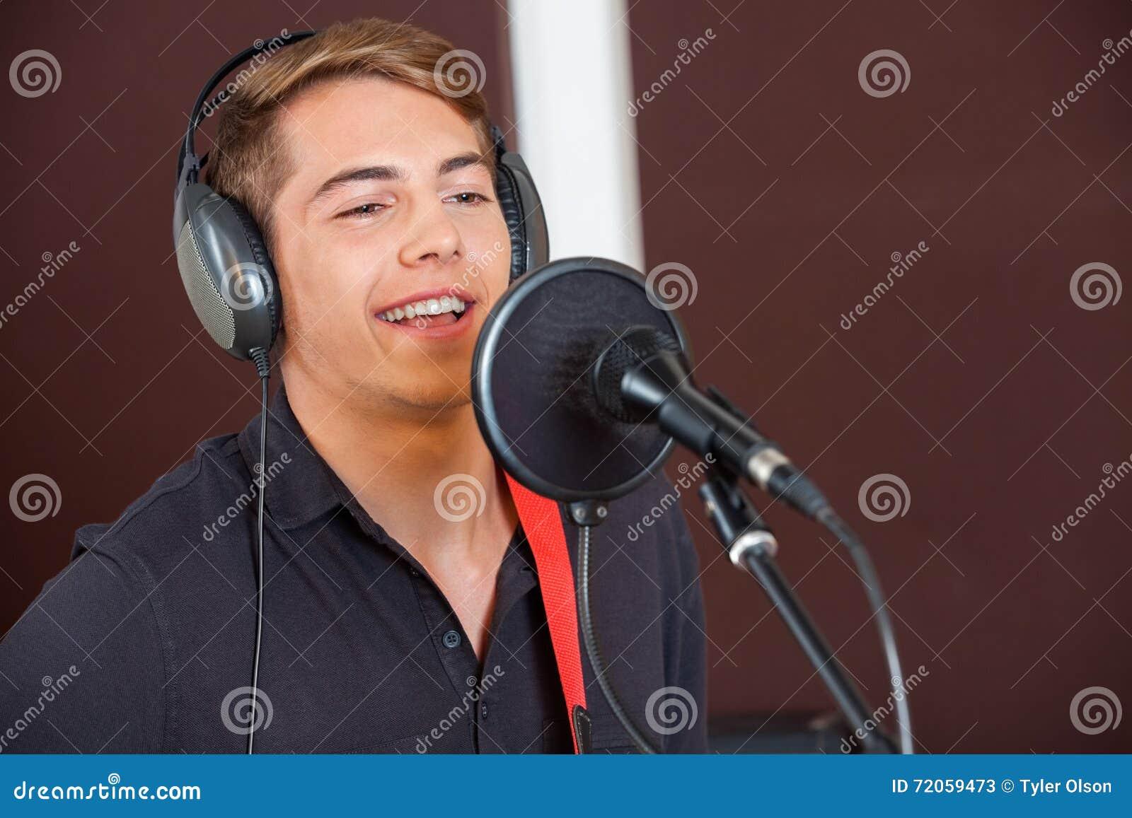 Cantante Performing While Looking lejos en estudio