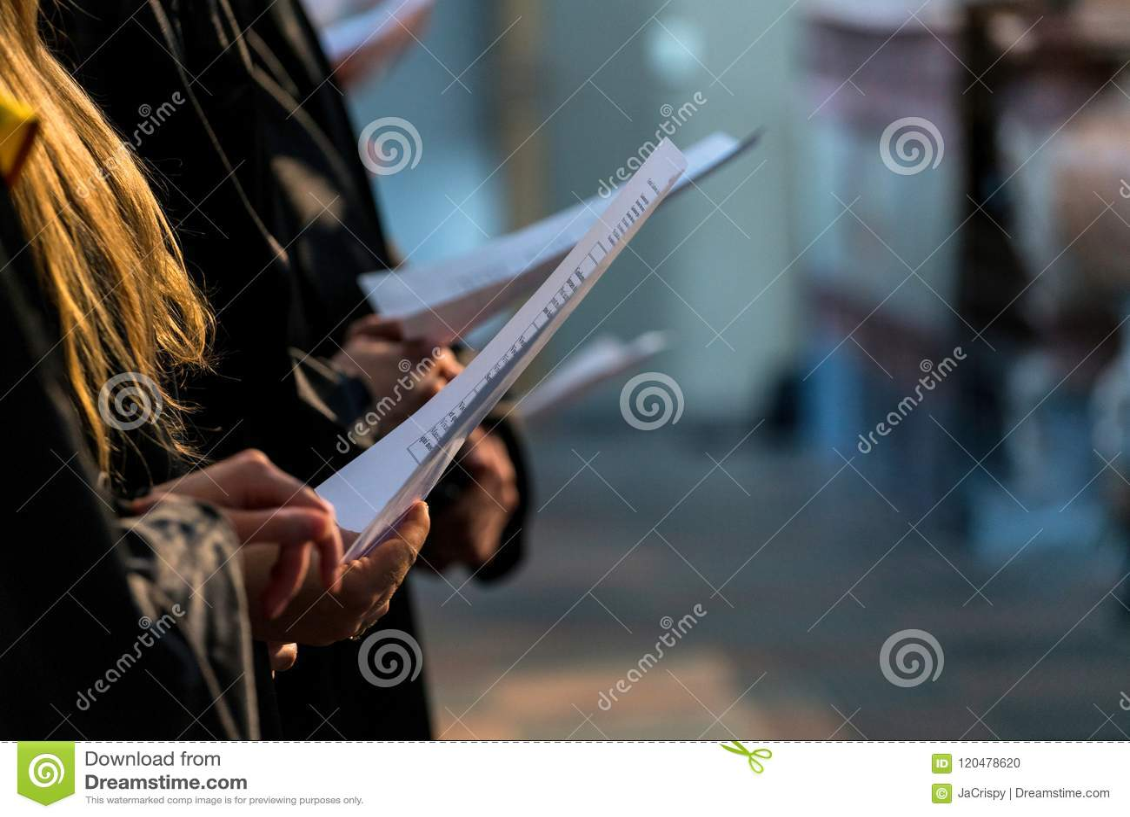 Cante A Coro A Los Cantantes Que Llevan A Cabo La Partitura Musical Y Que Cantan En Gradu Del Estudiante Foto De Archivo Imagen De Sueter Cantante 120478620