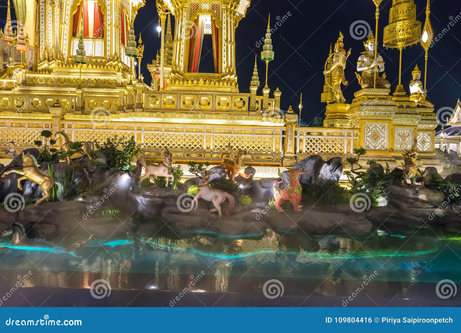 Canteiro de obras da pira funerária fúnebre real na noite em Banguecoque, Tailândia