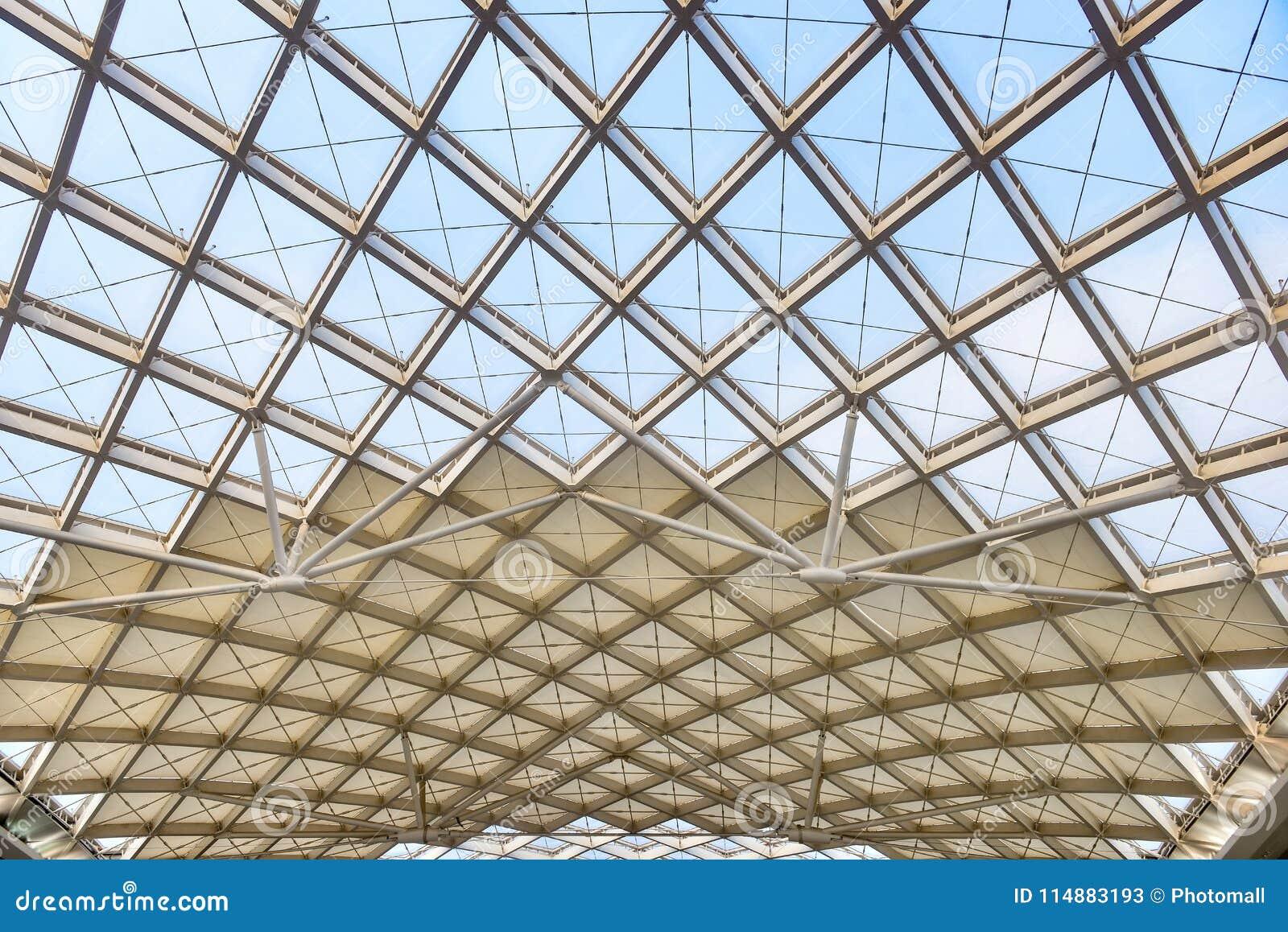 Canteiro de obras moderno da estrutura de telhado da arquitetura