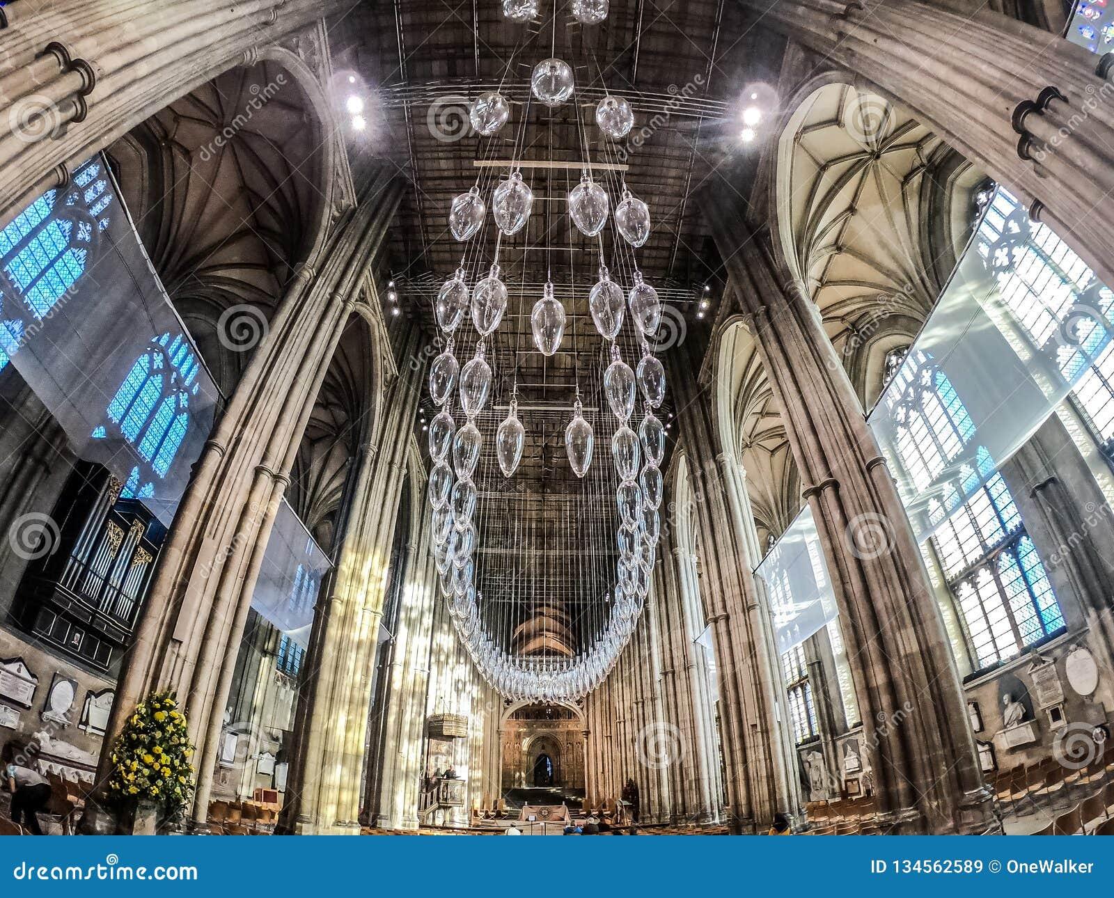 CANTERBURY, INGLATERRA 8 DE NOVEMBRO DE 2018: Interior da catedral de Canterbury Candelabro de vidro central
