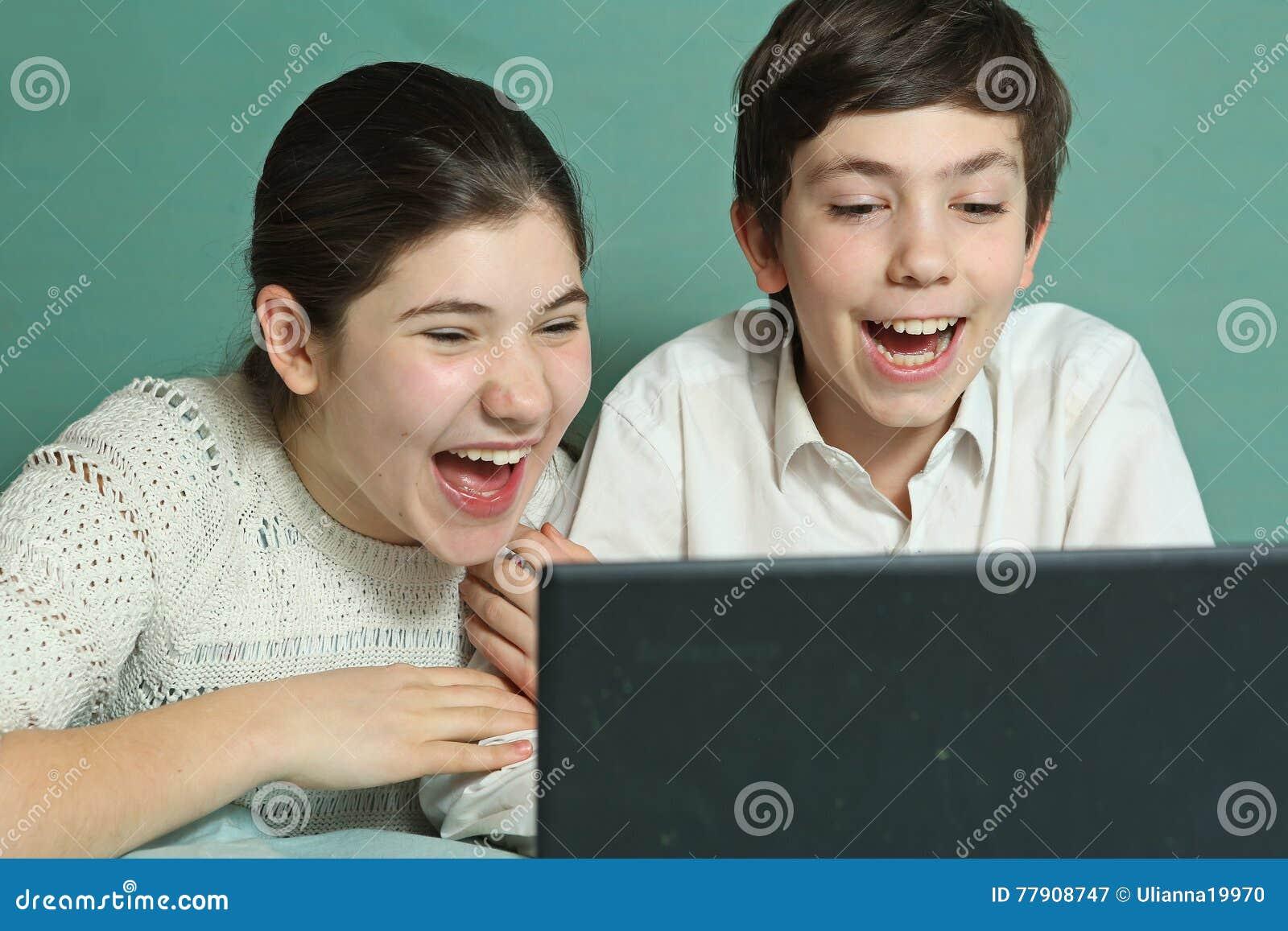 Cantidad de la comedia del reloj de los hermanos en el ordenador portátil