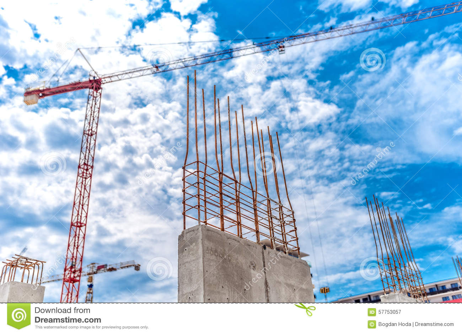 Cantiere con la gru industriale e la fine su delle pareti for Cantiere di costruzione