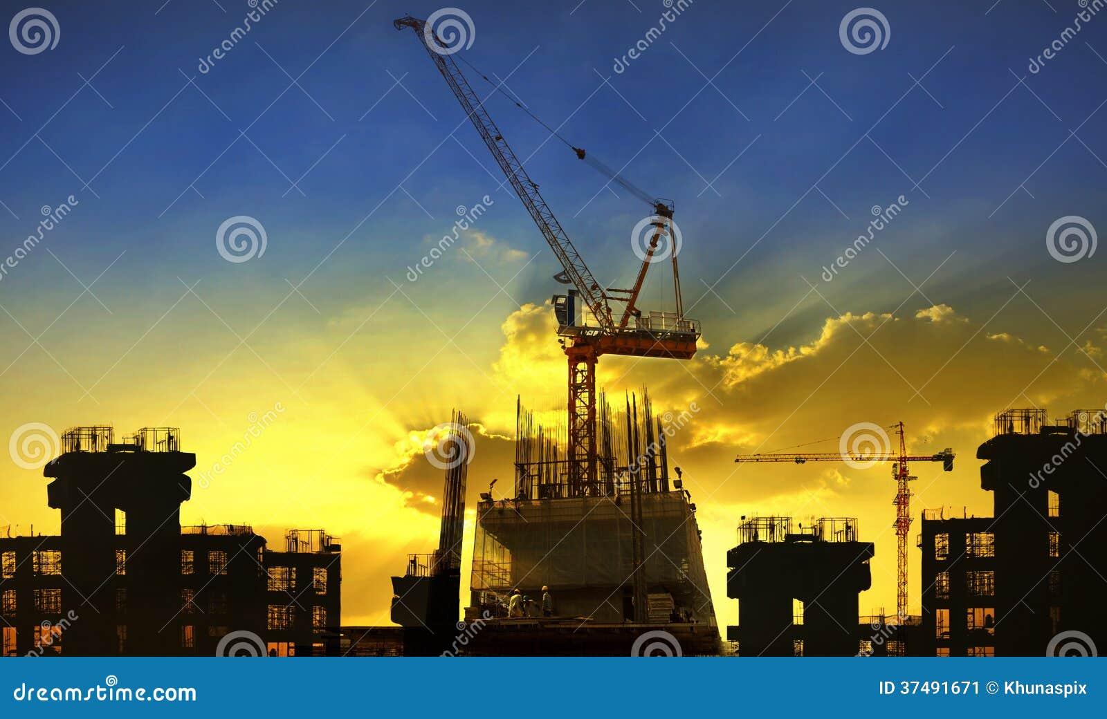 Cantiere della gru e della costruzione contro il beaut